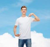 Hombre joven sonriente en camiseta blanca en blanco Fotografía de archivo