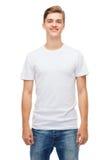 Hombre joven sonriente en camiseta blanca en blanco Fotografía de archivo libre de regalías