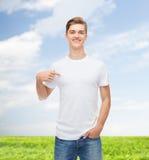 Hombre joven sonriente en camiseta blanca en blanco Imagenes de archivo