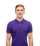 Hombre joven sonriente en camiseta púrpura del polo Foto de archivo libre de regalías