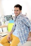 Hombre joven sonriente en clase de entrenamiento Fotos de archivo libres de regalías