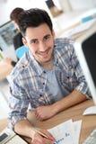 Hombre joven sonriente en el entrenamiento Fotografía de archivo