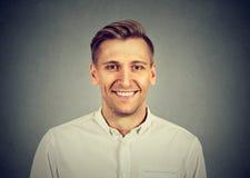 Hombre joven sonriente en la camisa blanca fotografía de archivo libre de regalías