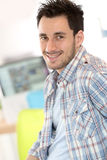 Hombre joven sonriente en la oficina Imagen de archivo