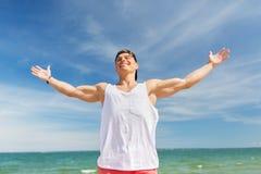 Hombre joven sonriente en la playa del verano Fotos de archivo