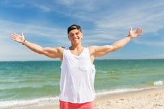Hombre joven sonriente en la playa del verano Imagen de archivo