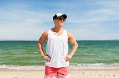 Hombre joven sonriente en la playa del verano Imagen de archivo libre de regalías