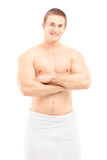 Hombre joven sonriente en la toalla que presenta después de ducha Imagenes de archivo