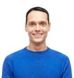 Hombre joven sonriente en retrato azul del jersey Imágenes de archivo libres de regalías