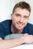 Hombre joven sonriente feliz Imagen de archivo libre de regalías