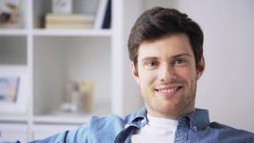 Hombre joven sonriente feliz en casa almacen de video