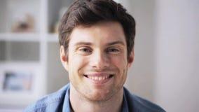 Hombre joven sonriente feliz en casa metrajes