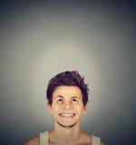 Hombre joven sonriente hermoso que mira para arriba Fotografía de archivo