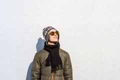 Hombre joven sonriente que presenta al aire libre Fotografía de archivo libre de regalías