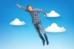 Hombre joven sonriente que salta en aire Imagen de archivo