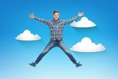 Hombre joven sonriente que salta en aire Foto de archivo libre de regalías