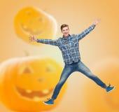 Hombre joven sonriente que salta en aire Fotos de archivo libres de regalías