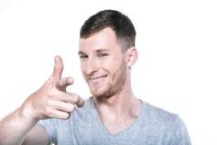 Hombre joven sonriente que señala su finger a usted Foto de archivo libre de regalías
