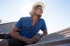 Hombre joven sonriente que se relaja en la hamaca en la playa Fotos de archivo