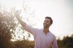 Hombre joven sonriente que toma el selfie el día imagenes de archivo