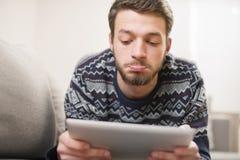 Hombre joven sorprendido con la tableta Imagen de archivo