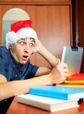 Hombre joven sorprendido con la tableta Foto de archivo