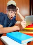 Hombre joven sorprendido con la tableta Foto de archivo libre de regalías