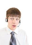 Hombre joven sorprendido con las auriculares Fotos de archivo libres de regalías