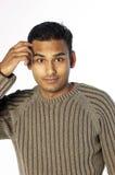 Hombre joven sratching su cabeza Fotos de archivo libres de regalías