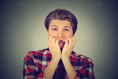 Hombre joven subrayado ansioso que mira la cámara Imagen de archivo