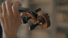 Hombre joven talentoso atractivo que toca el violín sensual El violinista ensaya la cámara lenta del primer 4K metrajes