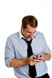 Hombre joven Texting con el teléfono elegante Imagen de archivo
