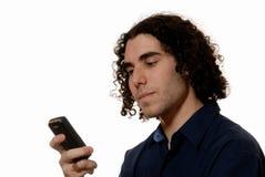 Hombre joven texting en el teléfono móvil Imágenes de archivo libres de regalías