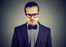 Hombre joven tranquilo que presenta en gris Imagen de archivo libre de regalías