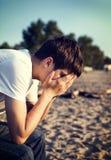 Hombre joven triste al aire libre imagenes de archivo