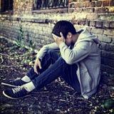 Hombre joven triste al aire libre Foto de archivo