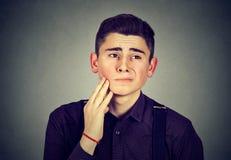 Hombre joven triste con un dolor de muelas Imagen de archivo libre de regalías