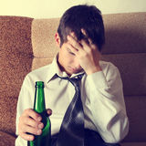 Hombre joven triste con una cerveza Foto de archivo