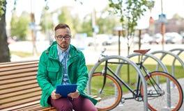 Hombre joven triste del inconformista con PC y la bici de la tableta Fotos de archivo libres de regalías