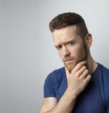 Hombre joven triste del primer con la expresión subrayada preocupante de la cara Foto de archivo libre de regalías