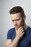 Hombre joven triste del primer con la expresión subrayada preocupante de la cara Fotografía de archivo