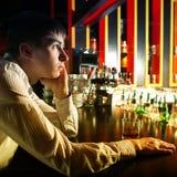 Hombre joven triste en la barra Foto de archivo