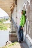 Hombre joven triste en la depresión que se coloca en el puente Imagenes de archivo