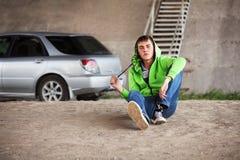 Hombre joven triste en la depresión que se sienta en la tierra Fotos de archivo