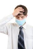 Hombre joven triste en máscara de la gripe Fotografía de archivo