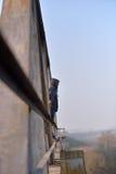 Hombre joven triste que se coloca al borde de un puente Mirada de thi ausente Fotografía de archivo libre de regalías