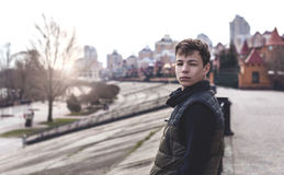 Hombre joven triste que se coloca en una calle de la ciudad Imagenes de archivo
