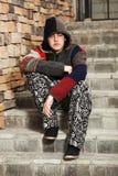 Hombre joven triste que se sienta en los pasos Foto de archivo libre de regalías