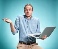 Hombre joven triste que trabaja en el ordenador portátil fotografía de archivo libre de regalías
