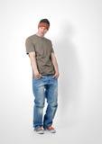 Hombre joven urbano de moda en casquillo Foto de archivo
